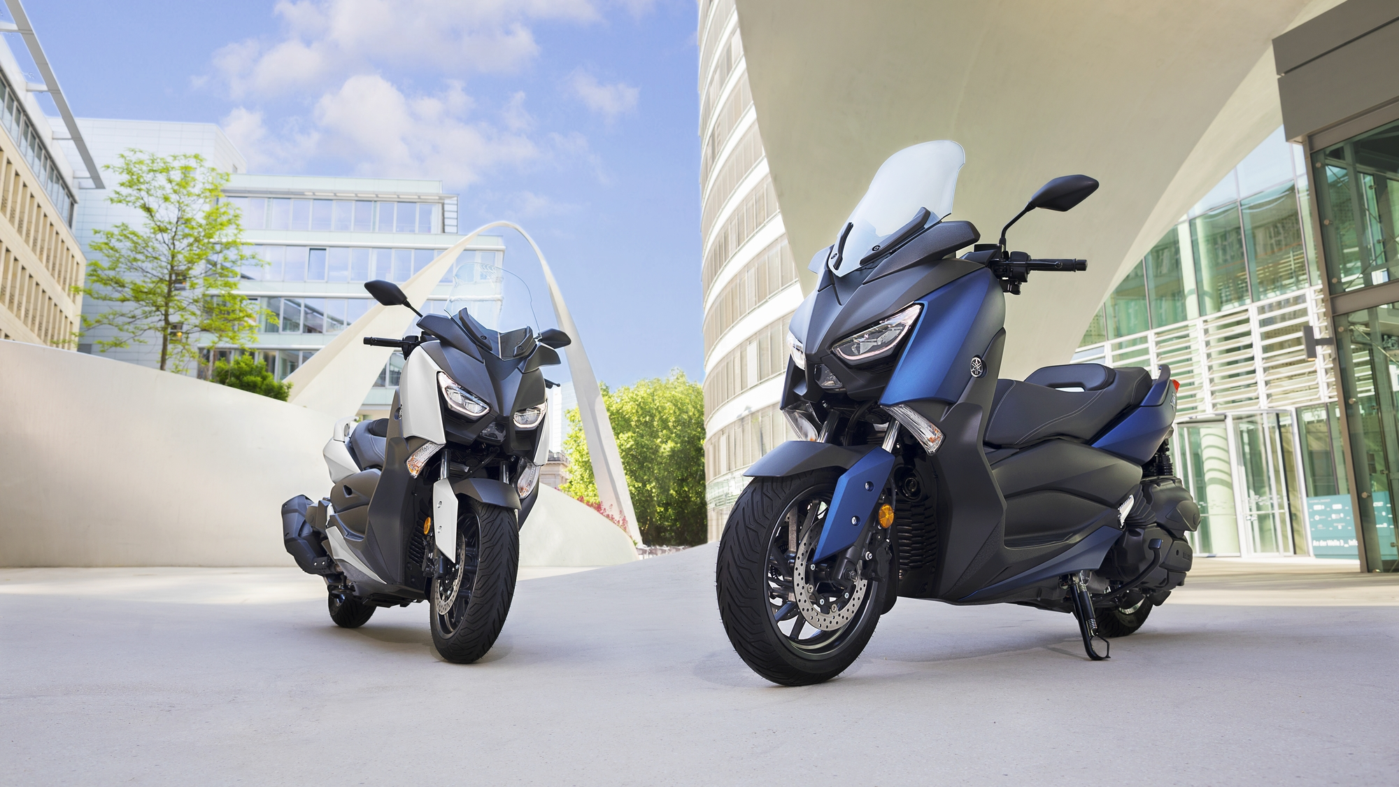 2018-Yamaha-X-MAX-400-EU-Phantom-Blue-Static-002